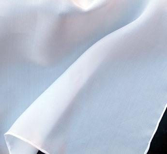 Tissu à la superficie légèrement granuleuse, plutôt mat et avec une belle tombée et de 40 grammes par mètre carré. Les foulards sont blancs et ourlés main au fil de soie.