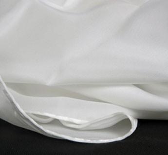 Une face du tissu est satinée et l'autre granuleuse et mate de 50 grammes par mètre carré. Les foulards sont blancs et ourlés main au fil de soie.