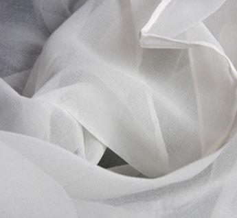 Tissu à l'aspect de gaze mais plus consistant, transparent et mat de 30 grammes par mètre carré. Les foulards sont blancs et ourlés main au fil de soie.