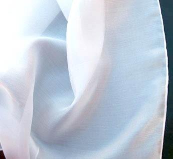 Foulard de popeline de coton et soie mélangés ourlé main.