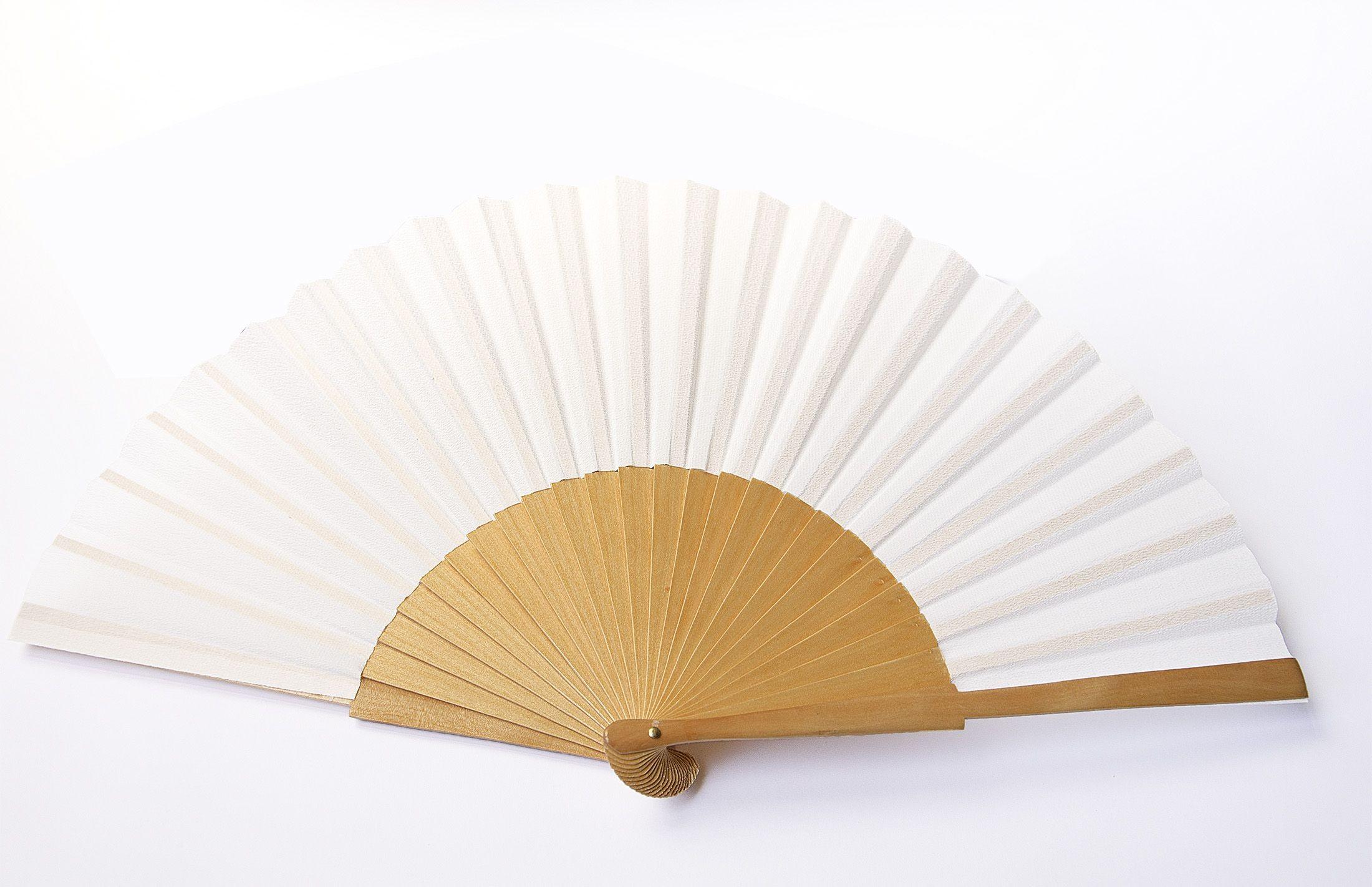 Eventail de soie en Crêpe Chine blanc et monture de bois de sycomore de 22cm de haut et 42cm de large. Monté en Espagne.