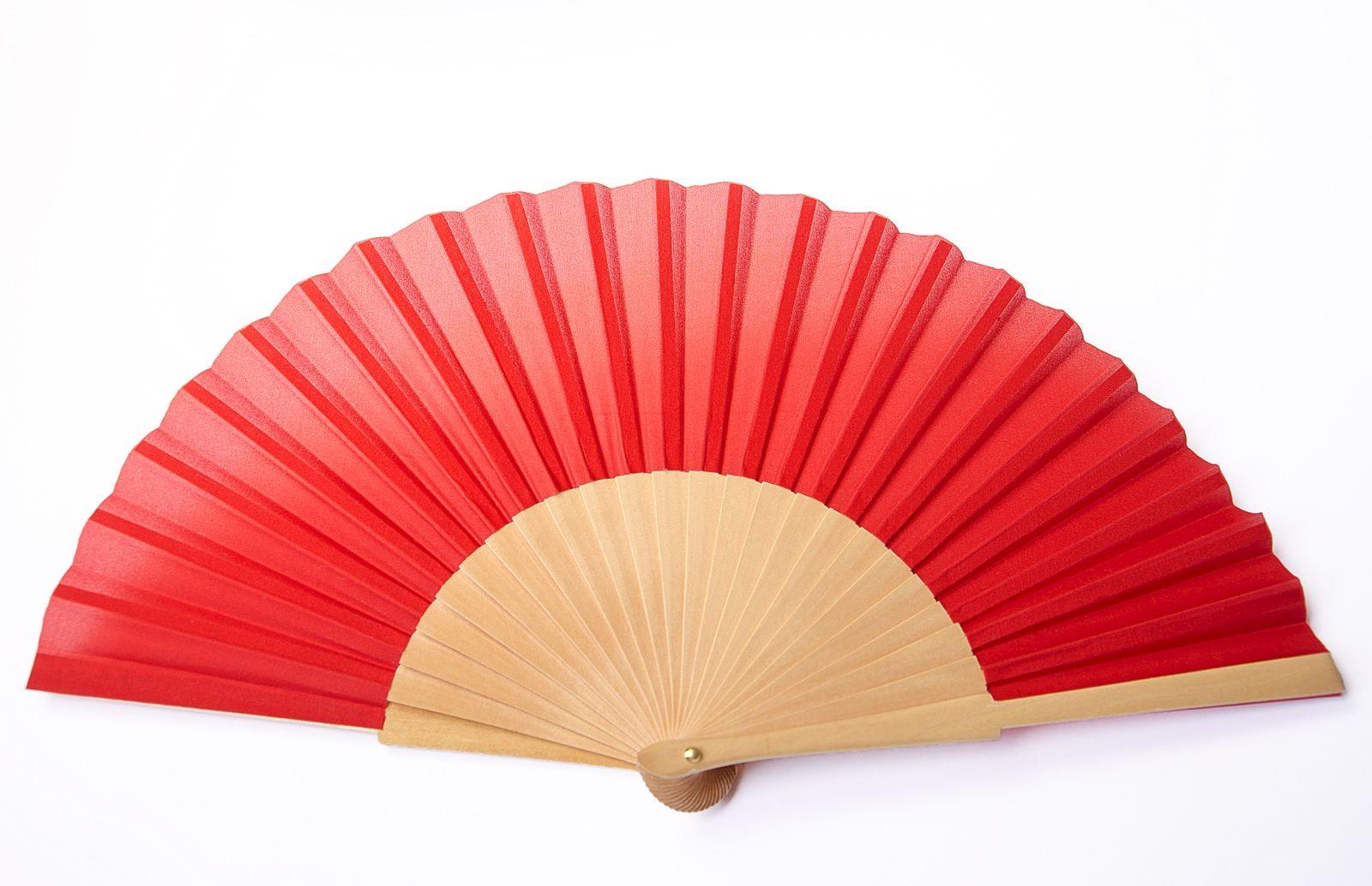 Eventail de soie en habotai 8 (en France, généralement appelé pongé 9) enrouge et monture de bois de sycomore de 22cm de haut et 42cm de large. Monté en Espagne