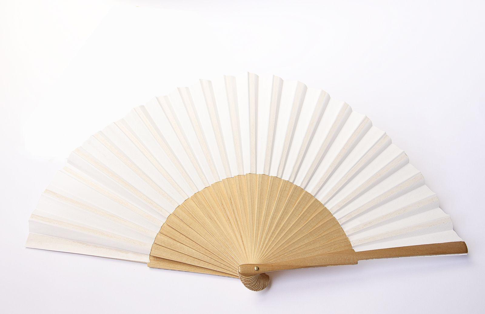 Abanico de seda habotai 10 color blanco natural, preparado para pintar y varillaje de sicomoro color natural de 22 cm de alto por 42 cm de ancho.Montados en España