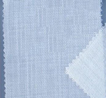 Tissu desoie et laine. Sur ce support les teintes sont plus vives que sur l'étamine 100% laine. Les peintures pour la soie sont les mêmes que pour la laine.Les foulards sont terminés sur les quatre côtés par une fine couture à la machine.