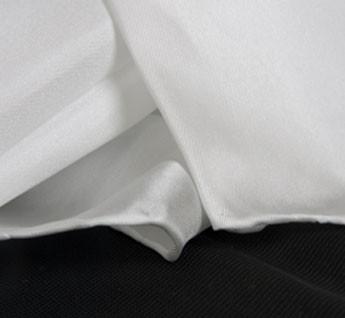 Tissu de serge d'aspect légèrement brillant de 40 grammes par mètre carré. Les foulards sont blancs et ourlés main au fil de soie
