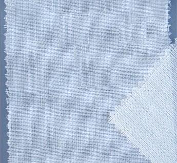 Tissu très léger et doux indiqué pour foulards. Couleur blanc cassé, préparé pour teindre ou imprimer. Les peintures pour la soie sont les mêmes que pour la laine. Les foulards sont cousus machines latéralement et terminés par un fin jour et des franges de 1,5 cm. Aussi disponible en tissu au mètre