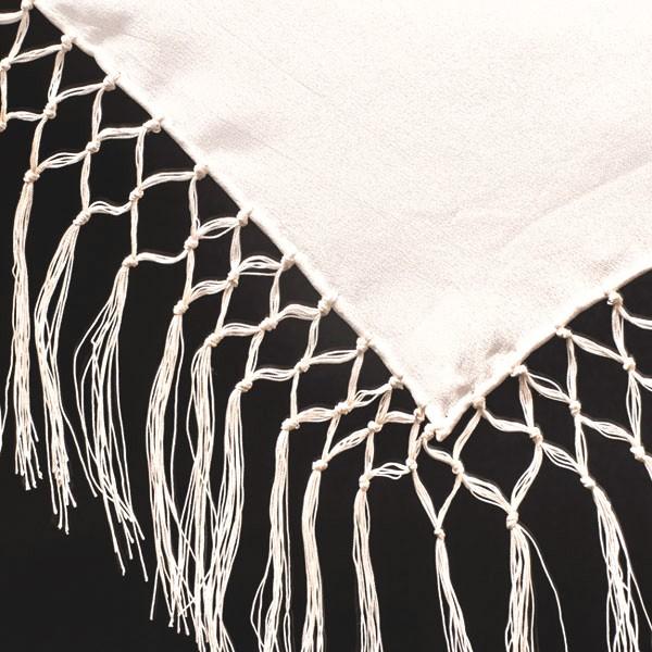 Châle à franges en viscose de 17 cm sur les côtés de 110 cm. Tissu à la superficie légèrement granuleuse, plutôt mat et avec une belle tombée et de 40 grammes par mètre carré. Les foulards sont blancs et ourlés main au fil de soie.