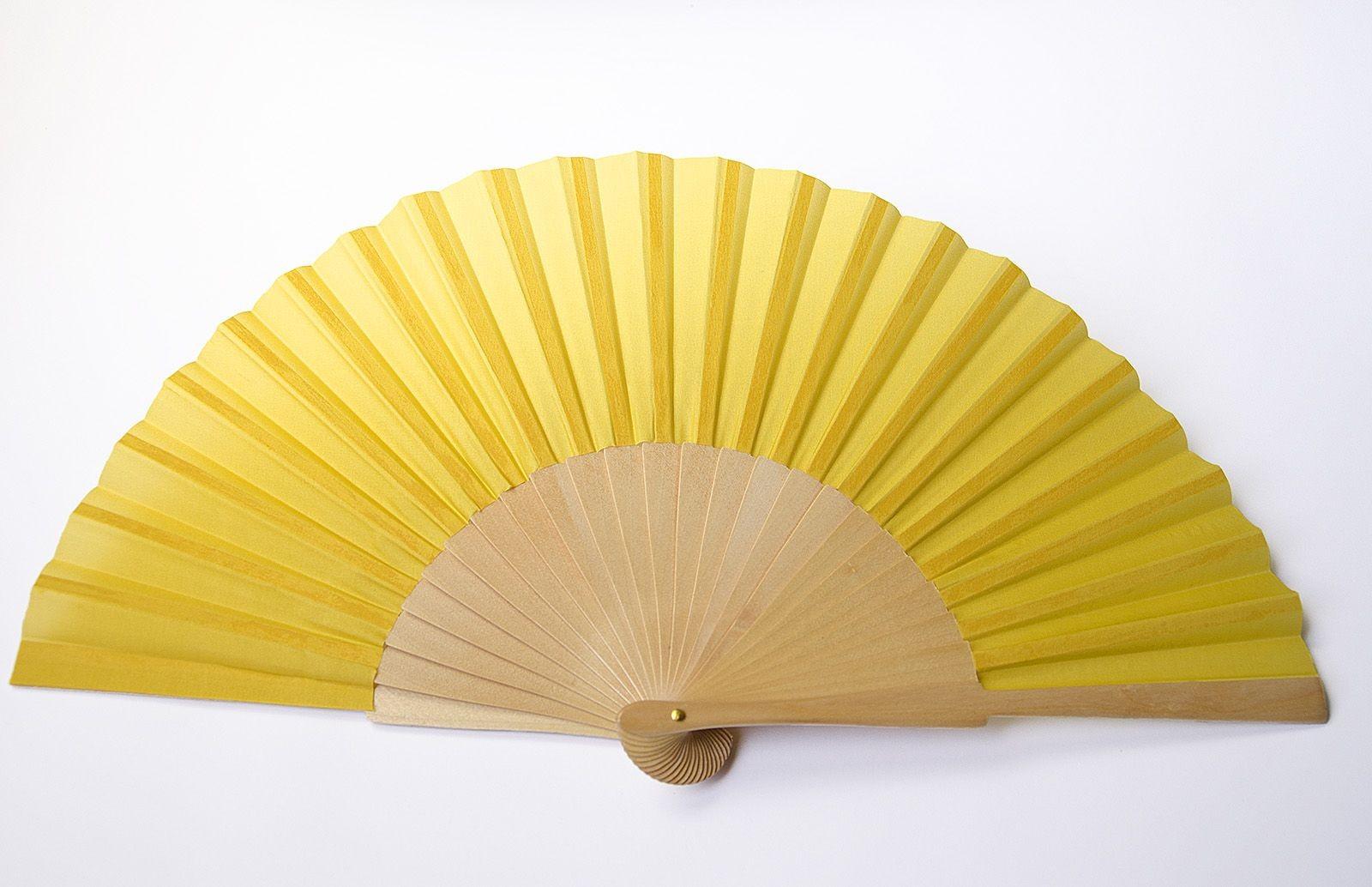 Ventaglio con pagina in seta habotai 8 gialla, pronto per la pittura, dotato di montatura in legno di sicomoro colore naturale di 22 cm (altezza) per 42 cm (lunghezza). Assemblato in Spagna