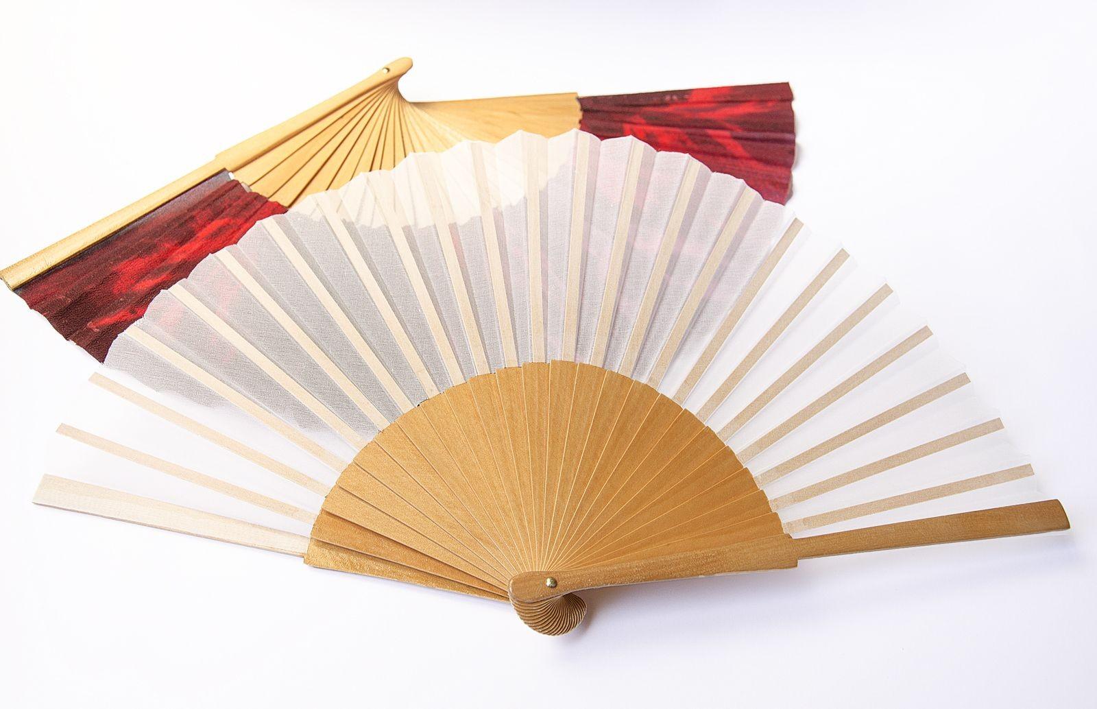 Éventail de soie en Organdi blanc et monture de bois de sycomore de 22cm de haut et 42cm de large. Monté en Espagne.