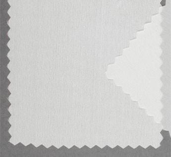 Mantón de Manila de 110x110 cm más 17 cm de flecos de viscosa en dos de sus lados. El tejido tiene una superficie algo granulada, de aspecto más bien mate y con caída, de unos 40 gramos metro cuadrado. Los pañuelos, en blanco natural, están orillados a mano con hilo de seda.