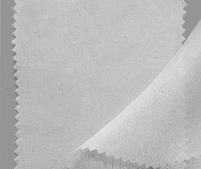 Es un tejido de aspecto similar al Chiffon 3,5 pero más denso y con algo de brillo pesa aproximadamente 20 gramos metro cuadrado. Los pañuelos, en blanco natural, están orillados a mano con hilo de seda.
